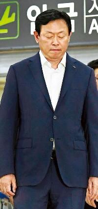 """신동빈 롯데그룹 회장이 3일 오후 2시30분께 서울 김포국제공항을 통해 입국하고 있다. 신 회장은 """"검찰 수사에 성실히 협조하겠다""""고 말했다. 허문찬 기자 sweat@hankyung.com"""