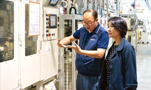 김선현 네오오토 회장(오른쪽)이 사원주주형 사내협력사인 하나G&T의 이인성 대표와 공정 개선에 관해 얘기하고 있다. 네오오토 제공