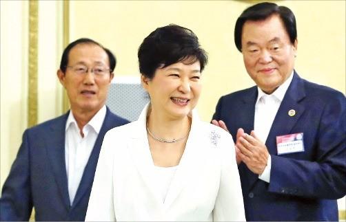 박근혜 대통령이 4일 청와대에서 한국자유총연맹 회장단과 오찬을 하기 위해 이원종 비서실장(왼쪽), 김경재 자유총연맹 회장 (오른쪽)과 함께 오찬장으로 가고 있다. 강은구 기자 egkang@hankyung.com