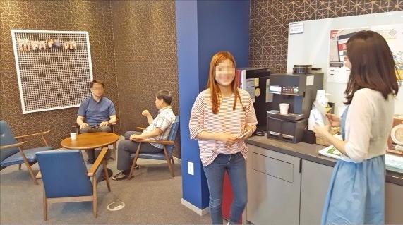 카페 같은 민간 창업 임대 공간인 '코워킹 스페이스'에서 창업 기업인들이 의견을 나누고 있다. 오경묵 기자
