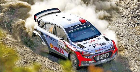 WRC 대회에 출전한 현대자동차의 랠리카가 비포장도로를 달리고 있다. 현대차 제공