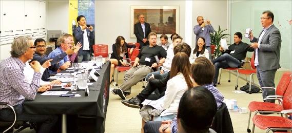 강석범 세온 대표(맨 오른쪽)가 실리콘밸리 투자자를 대상으로 교육용 로봇 '알티노'에 대해 설명하고 있다. 대전시 제공