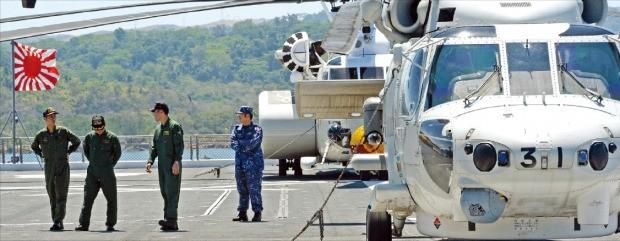 일본 해상자위대가 일본 기업이 개발해 건조한 대형 호위함 '이세'에서 훈련을 하고 있는 모습. 한경DB