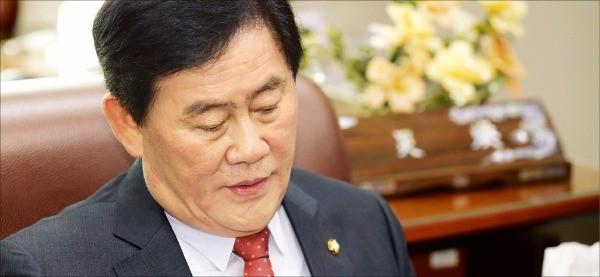 최경환 새누리당 의원이 6일 국회에서 당 대표 경선 불출마 뜻을 밝히고 있다. 연합뉴스