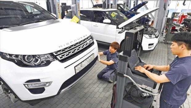 6일 서울 성수동 랜드로버 서비스센터에서 정비기사들이 차량을 점검하고 있다. 랜드로버는 2016 상반기 한경 수입차서비스지수(KICSI) 평가에서 종합 1위를 차지했다. 신경훈 기자 nicerpeter@hankyung.com