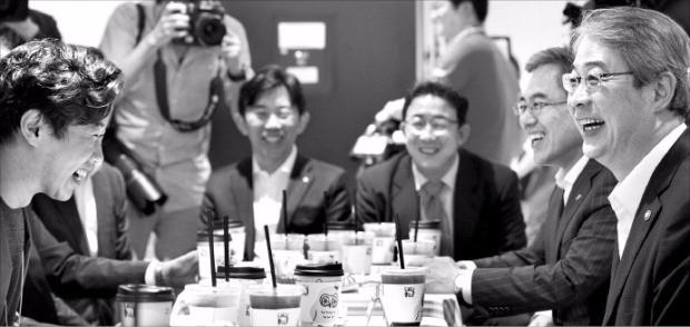 임종룡 금융위원장(오른쪽)이 6일 경기 판교테크노밸리 에서 열린 인터넷전문은행 현장간담회에서 카카오뱅크 설립을 주도하고 있는 카카오의 임지훈 대표(왼쪽)와 대화하고 있다. 금융위 제공