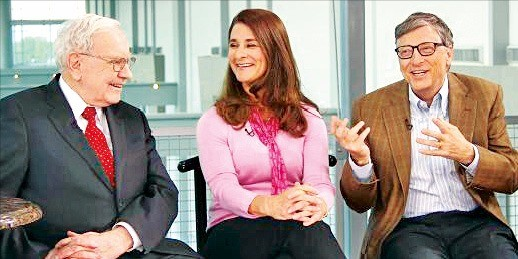 빌 게이츠와 그의 아내 멜린다 게이츠, 워런 버핏(오른쪽부터)이 CNBC방송에 출연해 토론하고 있다. 출처 CNBC