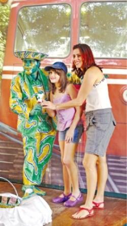 코르코바도 전망대행 케이블카 앞에서 사진 찍는 관광객