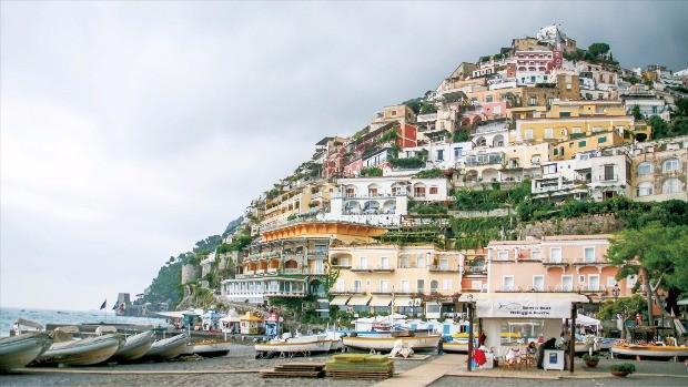 포지타노 해안에서 올려다본 언덕 위의 집들