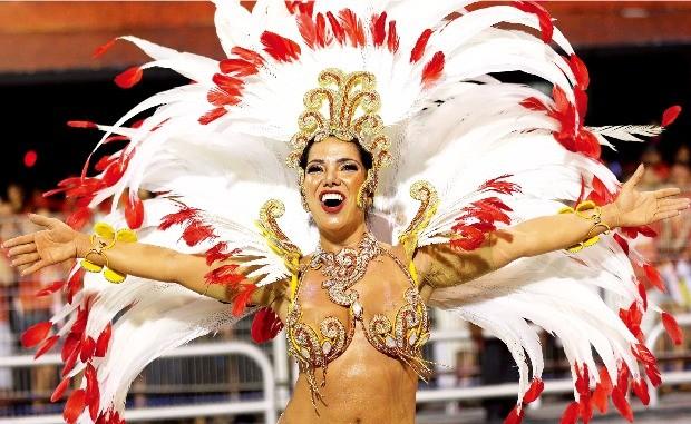 브라질 삼바축제에서 정열적인 춤을 추고 있는 무용수.