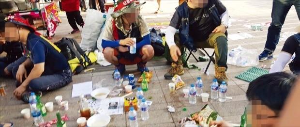 지난 6일 전국민주노동조합총연맹 전국건설노동조합원들이 서울광장에서 시위 도중 술판을 벌이고 있다. 박상용 기자
