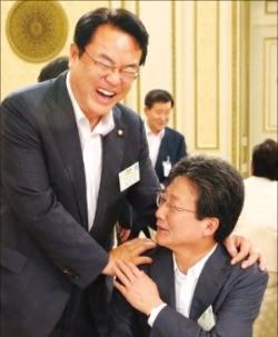정진석 새누리당 원내대표(왼쪽)와 유승민 의원이 8일 청와대 영빈관에서 열린 오찬에서 만나 인사하고 있다. 연합뉴스