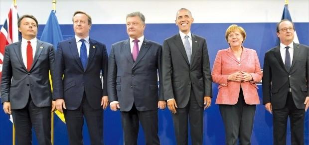북대서양조약기구(NATO) 회원국 정상들은 9일(현지시간) 폴란드 바르샤바에서 이틀간 열린 정상회의에서 미국과 유럽 각국의 동맹은 공고하다고 강조했다. 마테오 렌치 이탈리아 총리(왼쪽부터), 데이비드 캐머런 영국 총리, 페트로 포로셴코 우크라이나 대통령, 버락 오바마 미국 대통령, 앙겔라 메르켈 독일 총리, 프랑수아 올랑드 프랑스 대통령이 기념촬영하고 있다. 바르샤바AFP연합뉴스
