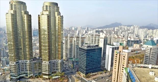 재개발·재건축 사업으로 새 아파트가 잇따라 들어서고 있는 서울 마포구는 평균 아파트 매매가격이 올해 들어 역대 최고점을 돌파했다. 마포구 공덕동 일대 전경. 한경DB