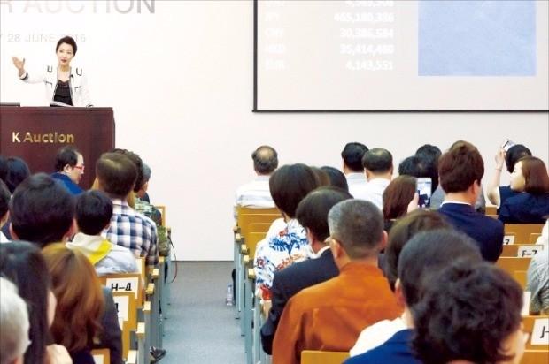 지난달 28일 열린 K옥션 여름경매에서 김환기 화백의 '무제 27-VII-72 #228'을 입찰에 부치고 있다.
