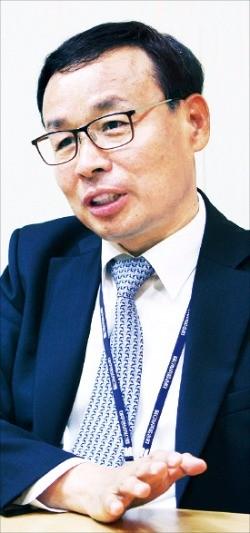 이태하 대우정보시스템 대표가 지난 8일 서울 종로구 관철동 본사에서 금융·공공·교육 등의 시장에서 정보기술(IT) 시스템 구축 성과를 설명하고 있다. 대우정보시스템 제공