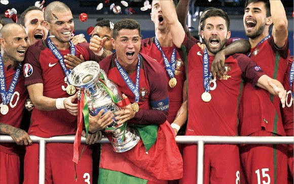 크리스티아누 호날두(가운데)를 비롯한 포르투갈 축구선수들이 2016 유럽축구선수권대회 우승컵을 들고 환호하고 있다. AP연합뉴스