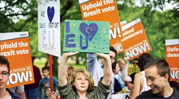 브렉시트 투표가 끝났지만 영국에서는 여전히 찬반 논쟁이 뜨겁다. 지난 9일 런던 그린파크에서 열린 브렉시트 반대 시위 현장이 유럽연합(EU) 잔류와 탈퇴를 주장하는 내용의 피켓으로 뒤덮였다. AFP연합뉴스