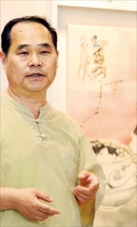 도자화가 오만철 씨가 한경갤러리에 전시된 자신의 작품 '반추'에 대해 설명하고 있다. 김범준기자 bjk07@hankyung.com