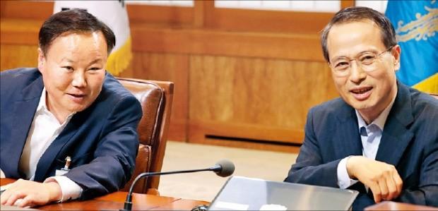 김재원 정무수석(왼쪽)과 김규현 외교안보수석이 11일 청와대에서 열린 수석비서관회의에서 현안을 논의하고 있다. 연합뉴스