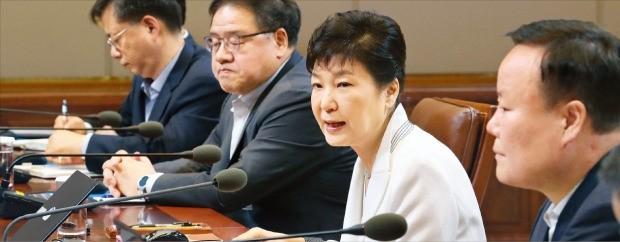박근혜 대통령이 11일 청와대에서 수석비서관회의를 주재하면서 사드 배치의 당위성을 강조했다. 연합뉴스