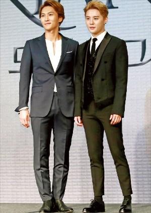뮤지컬 배우 박은태(왼쪽)와 김준수가 11일 서울 포시즌스호텔에서 열린 뮤지컬 '도리안 그레이' 제작발표회에서 나란히 서 있다. 서예진 한경텐아시아 기자 yejin0214@tenasia.co.kr