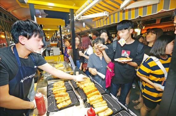 국내 최대 규모의 야시장인 대구 '서문야시장'에 시민이 몰려 거리음식을 맛보고 있다. 한경DB