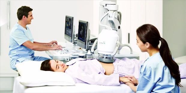 국내 최초로 유럽연합(EU) 인증을 받은 초음파 치료기 알피우스900은 절개와 마취 없이 초음파를 이용해 자궁근종을 제거한다. 시술시간이 1시간 이내로 환자 부담이 작다. 알피니언  제공