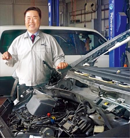 주인수 경기북부자동차정비사업협동조합 이사장이 경기 고양시에 있는 중산자동차에서 차량 정비 과정을 설명하고 있다. 박영태 기자