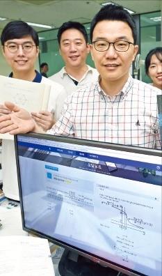 오태형 비트루브 대표(가운데)가 인공지능(AI)으로 오답유형을 분석해 학습방법을 추천하는 '닥터마타' 앱 에 대해 설명하고 있다. 신경훈 기자 khshin@hankyung.com