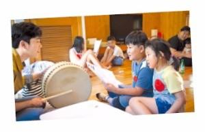 문체부가 작년 개최한 '2015 인문예술캠프'에서 어린이들이 민요를 배우는 모습. 한국문화예술교육진흥원 제공