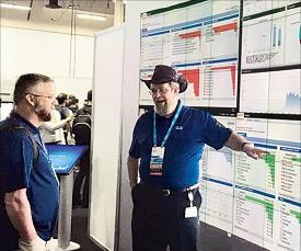 미국 라스베이거스에서 12일(현지시간) 열린 글로벌 콘퍼런스 '시스코라이브 2016'에서 시스코 직원이 관람객에게 새로운 보안제품을 설명하고 있다. 임원기 기자