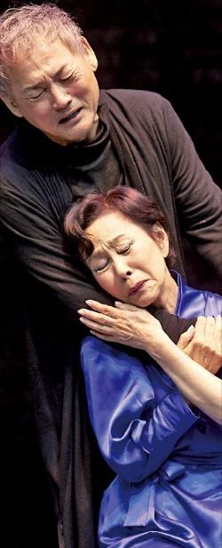 연극 '햄릿'에서 햄릿과 거트루드 왕비 역을 열연하고 있는 유인촌(왼쪽)과 손숙. 신시컴퍼니 제공