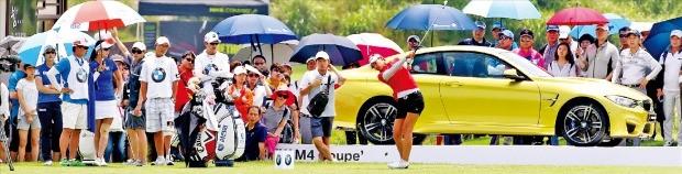 지난해 7월 열린 'BMW레이디스챔피언십' 제1회 대회에 참가한 김민선(21·CJ오쇼핑)이 BMW M4 쿠페가 전시된 4번홀에서 티샷을 하고 있다. KLPGA 제공