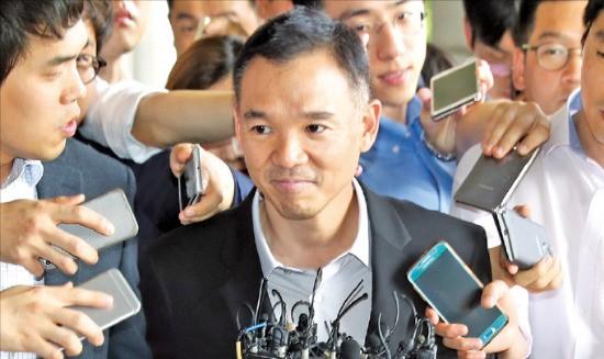 검찰에 소환된 넥슨 창업주 김정주 NXC 회장이 13일 청사로 들어가기 전 취재진의 질문을 받고 있다. 연합뉴스