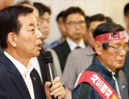 한민구 국방부 장관이 13일 서울 용산 국방컨벤션에서 경북 성주 주민들의 사드 배치 관련 질문에 답변하고 있다. 연합뉴스