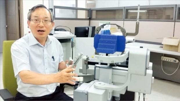 """고광일 고영테크놀러지 사장은 """"올 하반기에는 3D 뇌수술용 로봇의 국내 승인을 신청할 수 있을 것""""이라고 말했다. 김낙훈 기자"""