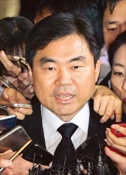 진경준 검사장이 14일 피의자 신분으로 조사를 받기 위해 서울중앙지방검찰청으로 들어서며 기자들의 질문에 답하고 있다. 김범준 기자 bjk07@hankyung.com