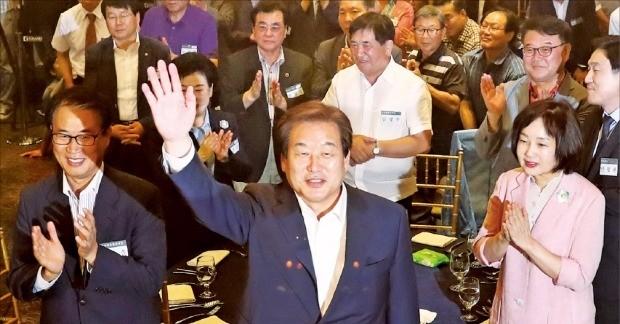 김무성 전 새누리당 대표(가운데)가 14일 서울 당산동 그랜드컨벤션센터에서 열린 7·14 전당대회 2주년 기념 만찬에서 지지자들에게 인사하고 있다. 연합뉴스