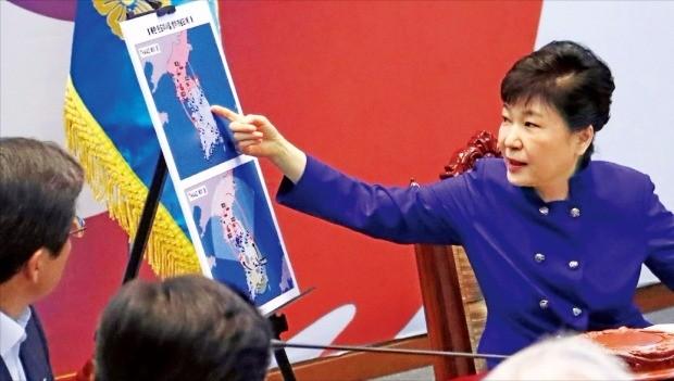 박근혜 대통령이 14일 청와대에서 사드 배치와 관련한 국가안전보장회의(NSC)를 주재하면서 북한 탄도미사일 방어 개념도를 살펴보고 있다. 청와대 제공