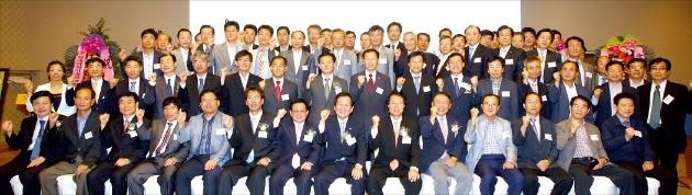 박종훈 센터장(앞줄 왼쪽 여덟 번째) 등 전직 공장 임원으로 구성된 울산 전문경력인사지원센터(NCN) 위원들이 산·학·연·관 네트워크를 위한 기술사업 세미나에 참석해 파이팅을 외치고 있다. 울산시 제공