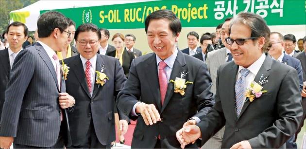 김기현 울산시장(오른쪽 두 번째)이 지난 5월 에쓰오일 잔사유 고도화 시설 기공식에 참석한 나세르 알마하셔 CEO(첫 번째)와 이야기하고 있다. 에쓰오일 제공