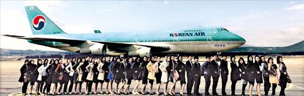대한항공에서 교육을 받고 있는 신입 직원들이 제주비행장을 방문해 비행기 앞에서 기념촬영하고 있다.