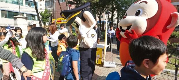 지난 4월26일 서울 강서경찰서 소속 학교전담경찰관들이 강서구 신정초등학교에서 학교폭력근절 캠페인을 하고 있다. 이 같은 홍보 행사도 스쿨폴리스가 맡은 역할 중 하나다. 연합뉴스