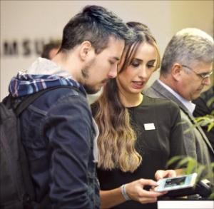 삼성페이를 살펴보고 있는 브라질 소비자들.