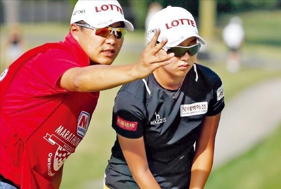 김효주가 15일 열린 LPGA투어 마라톤클래식 1라운드에서 캐디 김강일 씨와 함께 코스 공략법을 의논하고 있다. 연합뉴스