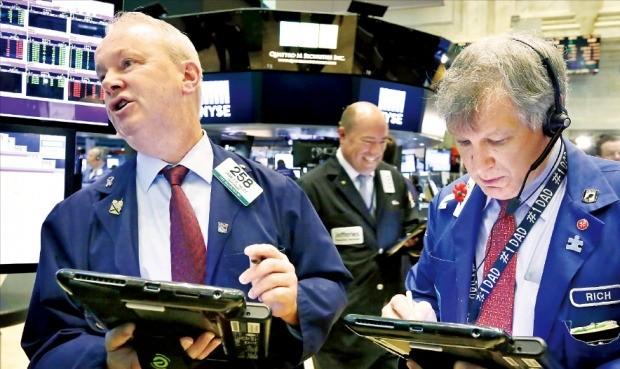 미국 S&P500지수와 다우지수가 연일 사상 최고치를 경신하는 가운데 뉴욕증권거래소 중개인들이 14일(현지시간) 주식매매 주문을 내고 있다. 뉴욕AP연합뉴스
