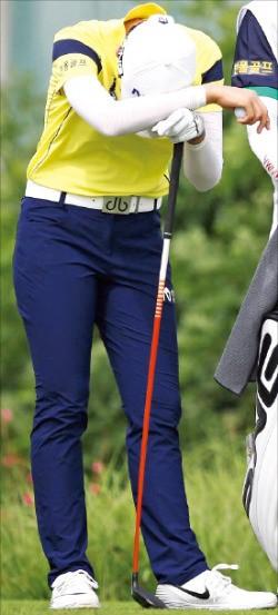 박성현이 15일 KLPGA투어 BMW레이디스챔피언십 2라운드에서 13번홀 티샷 직전 피로를 이기지 못하고 허리를 숙이고 있다. KLPGA 제공