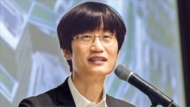 이해진 네이버 이사회 의장이 15일 강원 춘천시 데이터센터 '각'에서 열린 기자간담회에서 라인 상장 과정 및 성장 전략을 설명하고 있다. 이 의장이 공개석상에 등장한 것은 2013년 11월 일본 도쿄 행사 이후 2년8개월 만이다. 네이버 제공