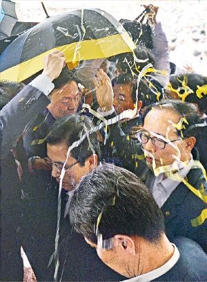 경북 성주군청에서 15일 사드 배치 관련 설명을 하던 황교안 국무총리에게 달걀이 날아들자 경호원들이 우산으로 막고 있다. 매일신문 제공